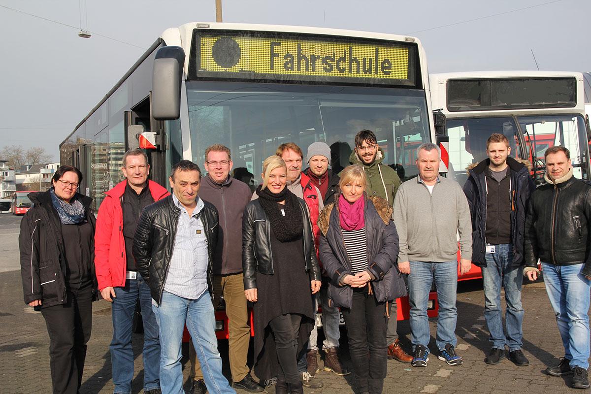 Gruppe Busschüler/innen vor Fahrschulbus