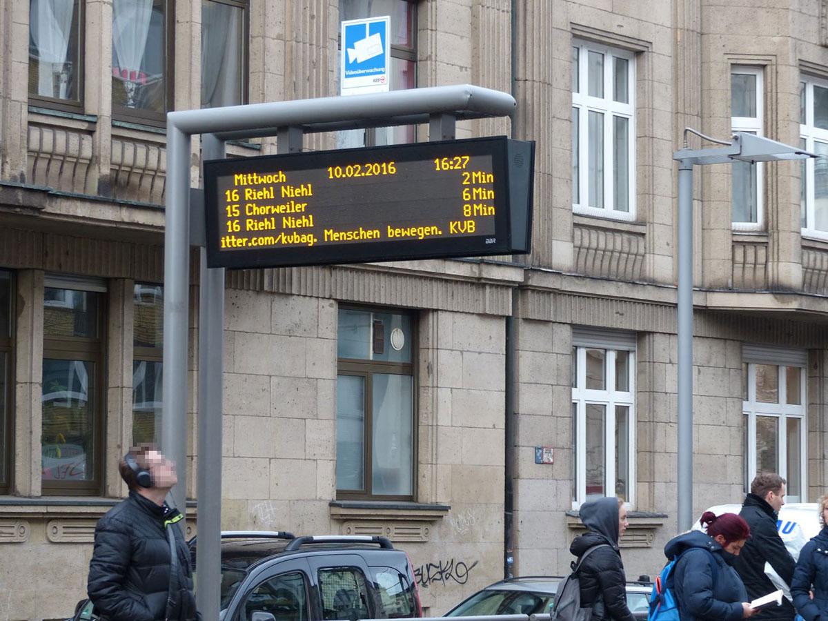 Fahrgast wartet am Chlodwigplatz auf die Bahn