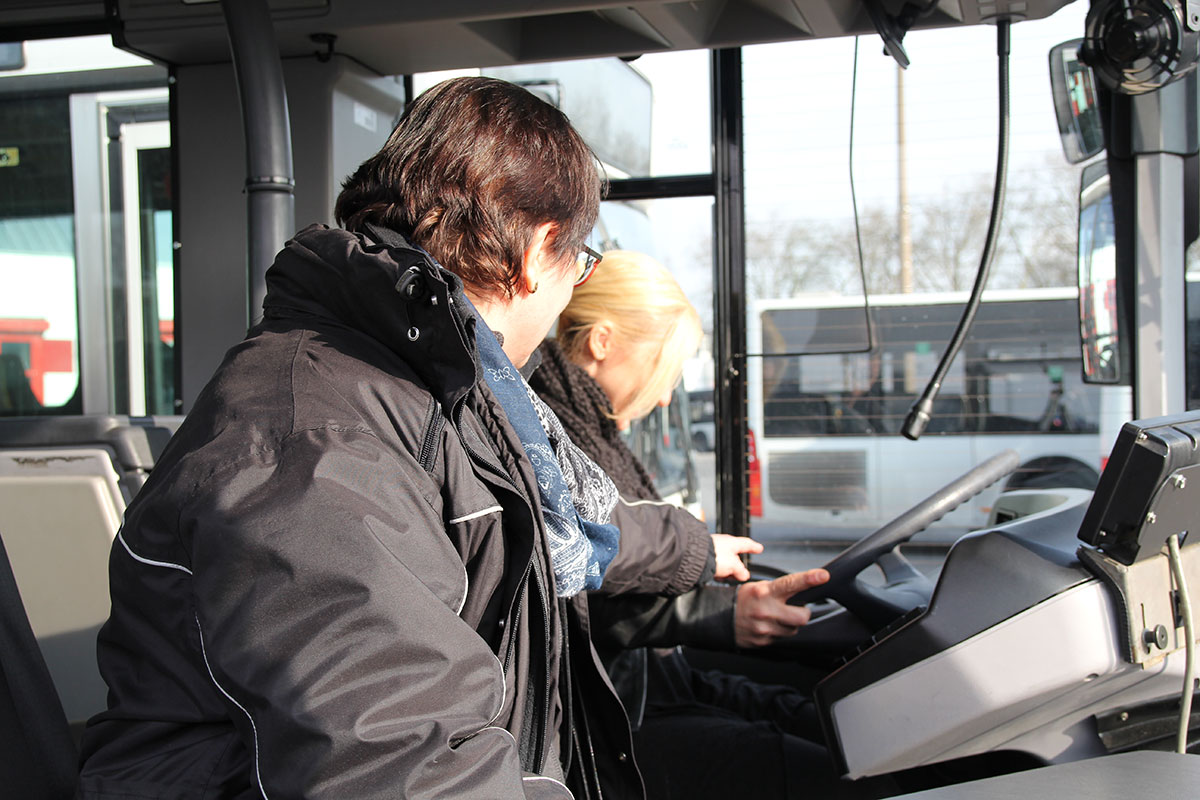 Praxisstunde in der Busfahrschule