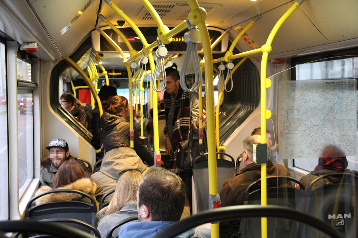 Blick in den Fahrgastraum eines KVB-Busses