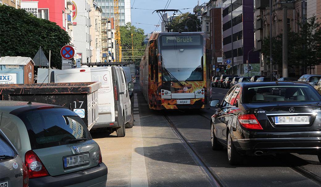 Falschparker und Lieferwagen behindern immer wieder den Bahnverkehr und führen zu Verspätungen.