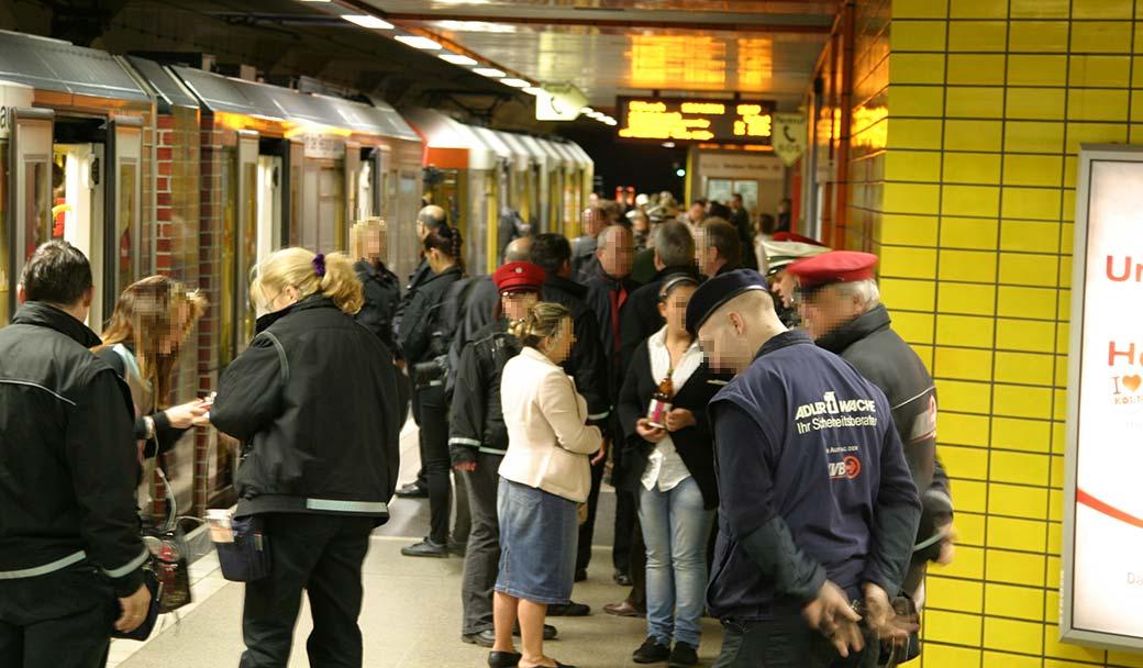Fahrgäste werden kontrolliert.