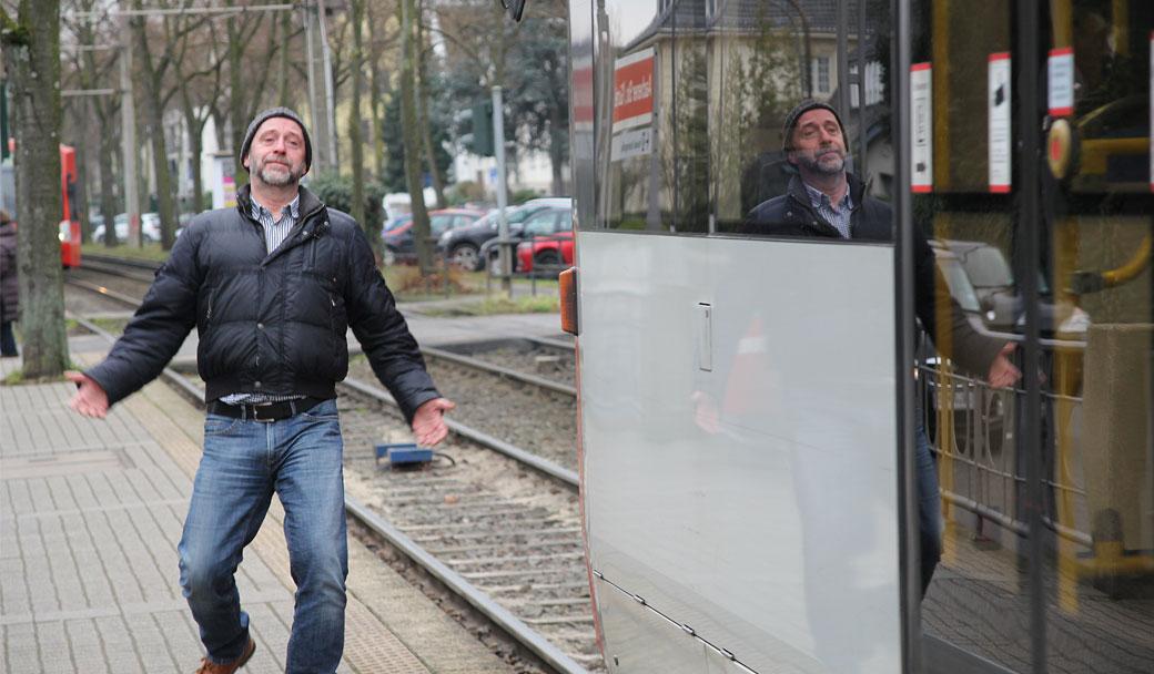 Bahn verpasst? Da beschwere ich mich mal bei der KVB. Ein Tag im Verbesserungsmanagement. Mann verpasst Bahn und guckt deprimiert.