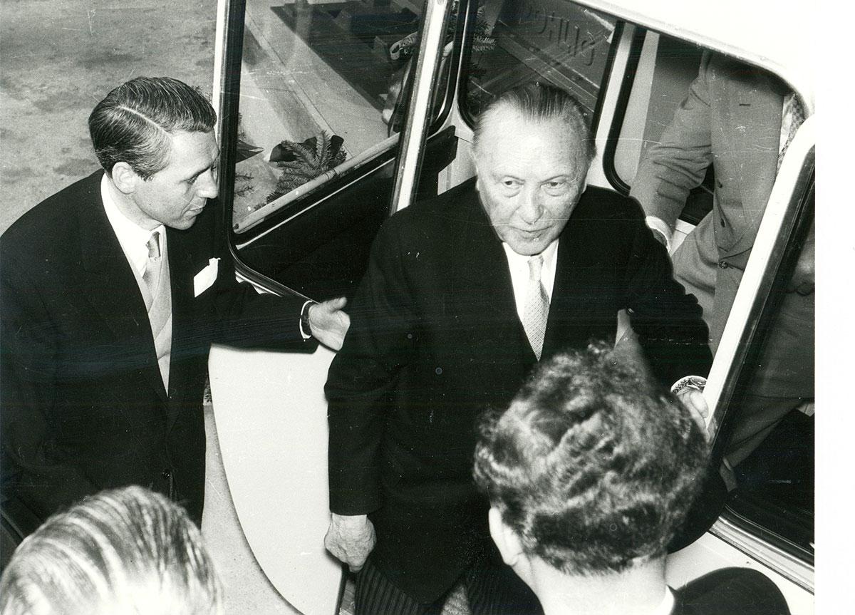 Bundeskanzler Konrad Adenauer fuhr als Schirmherr der Bundesgartenschau 1957 bei der Eröffnungsfeier auch mit der Rheinseilbahn.
