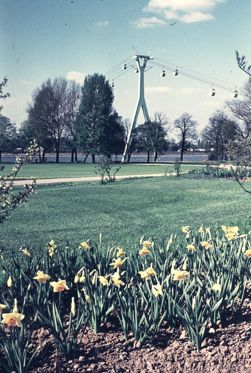 Vom Rheinpark aus ist die Seilbahn gut als Attraktion zu erkennen.
