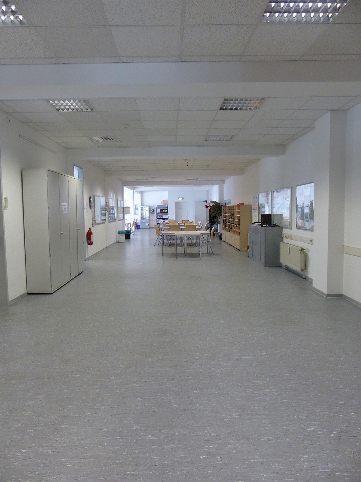 """Blick in den großen Mitarbeiterraum der Abteilung 14 """"Service und Fahrausweisprüfung"""". (Foto: Kathrin Huth und Hanna Stein)"""