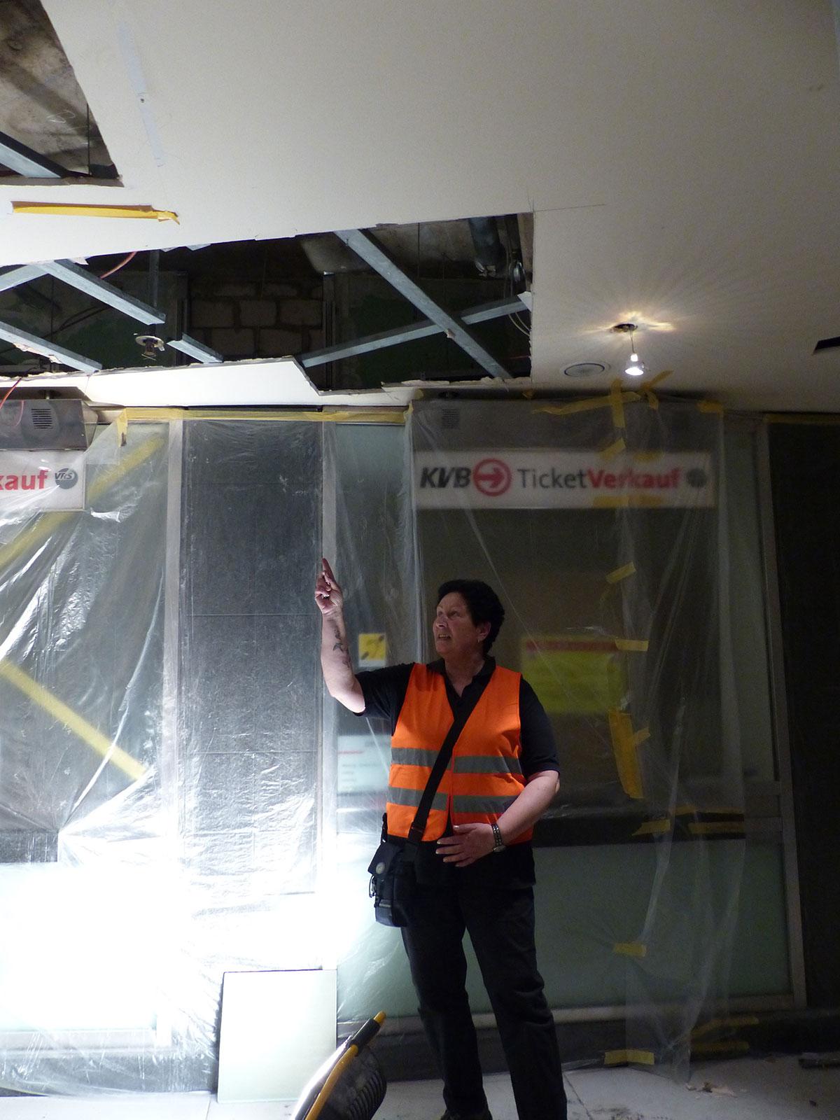 Brandwache Susanne zeigt uns die Arbeiten an der Brandschutzanlage in der HUGO-Passage. (Foto: Kathrin Huth und Hanna Stein)