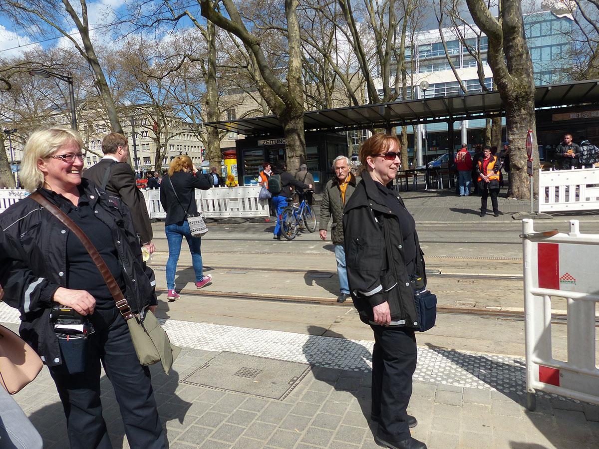 Joanna (links) und Heike (rechts) am Gleisübergang am Neumarkt. Im Hintergrund mit Warnwesten bekleidet: Anette (links) und Katrin (rechts). (Foto: Kathrin Huth und Hanna Stein)