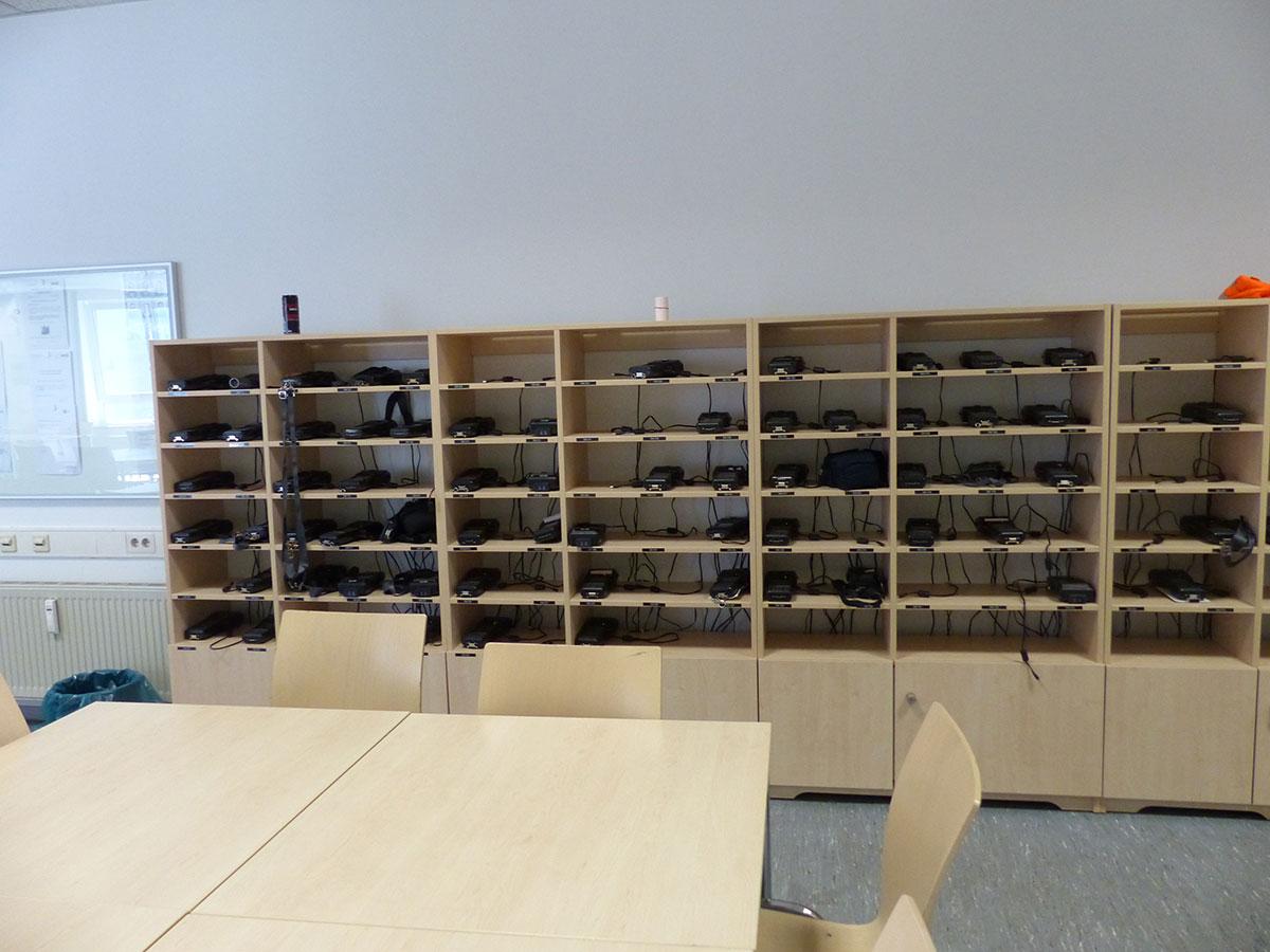 Rund 150 mobile Datenerfassungsgeräte für die Fahrausweisprüfung liegen in den Regalen bereit. (Foto: Kathrin Huth und Hanna Stein)