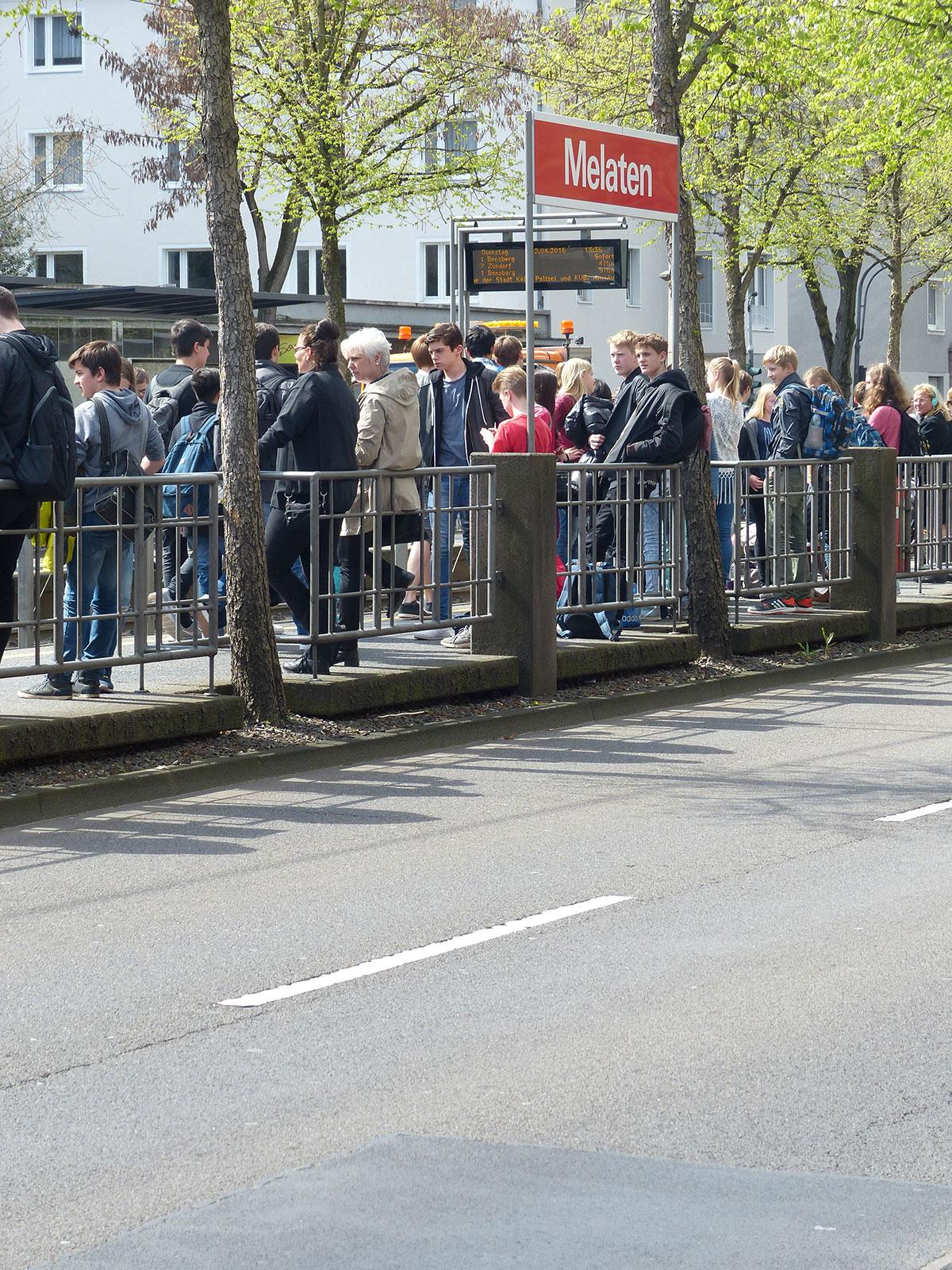 Schülerverkehr: Die Haltestelle Melaten ist rappelvoll - die Soko 1422 regelt Fahrgastwechsel und Übergang.