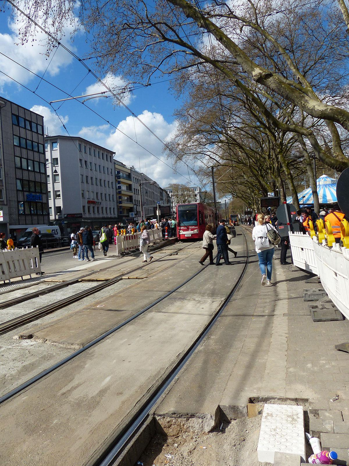 Sicherung des Gleisübergangs im Baustellenbereich am Neumarkt. (Foto: Kathrin Huth und Hanna Stein)