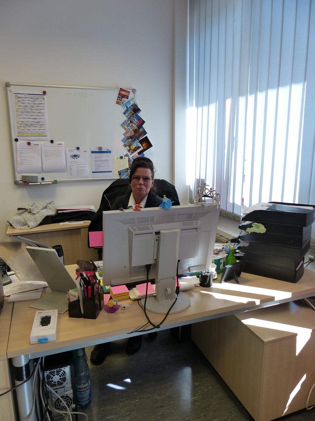 Soko 1422 - Leiterin Bettina erstellt die Dienstpläne für die Mitarbeiter. (Foto: Kathrin Huth und Hanna Stein)