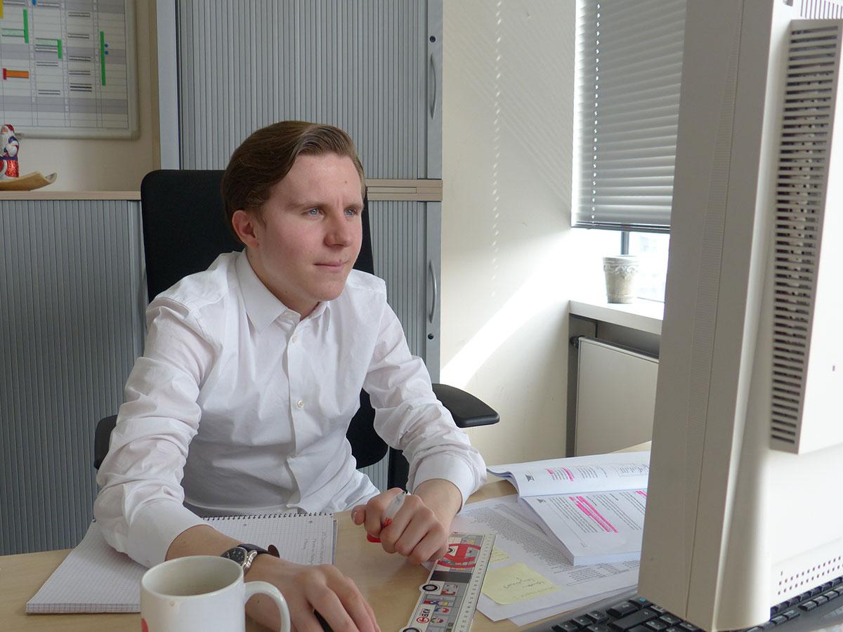 Thomas Lipke macht seine Ausbildung bei der KVB zum Kaufmann für Verkehrsservice.