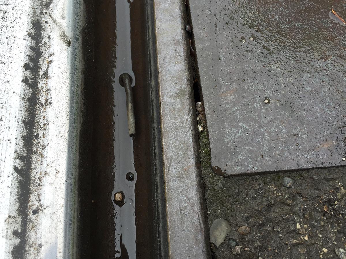 Durch eine Düse wird Wasser direkt an die Quelle der Schallentstehung gesprüht.