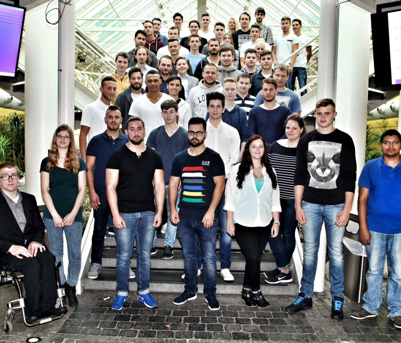Die neuen Azubis, die 2015 ihre Ausbildung bei der KVB begonnen haben.