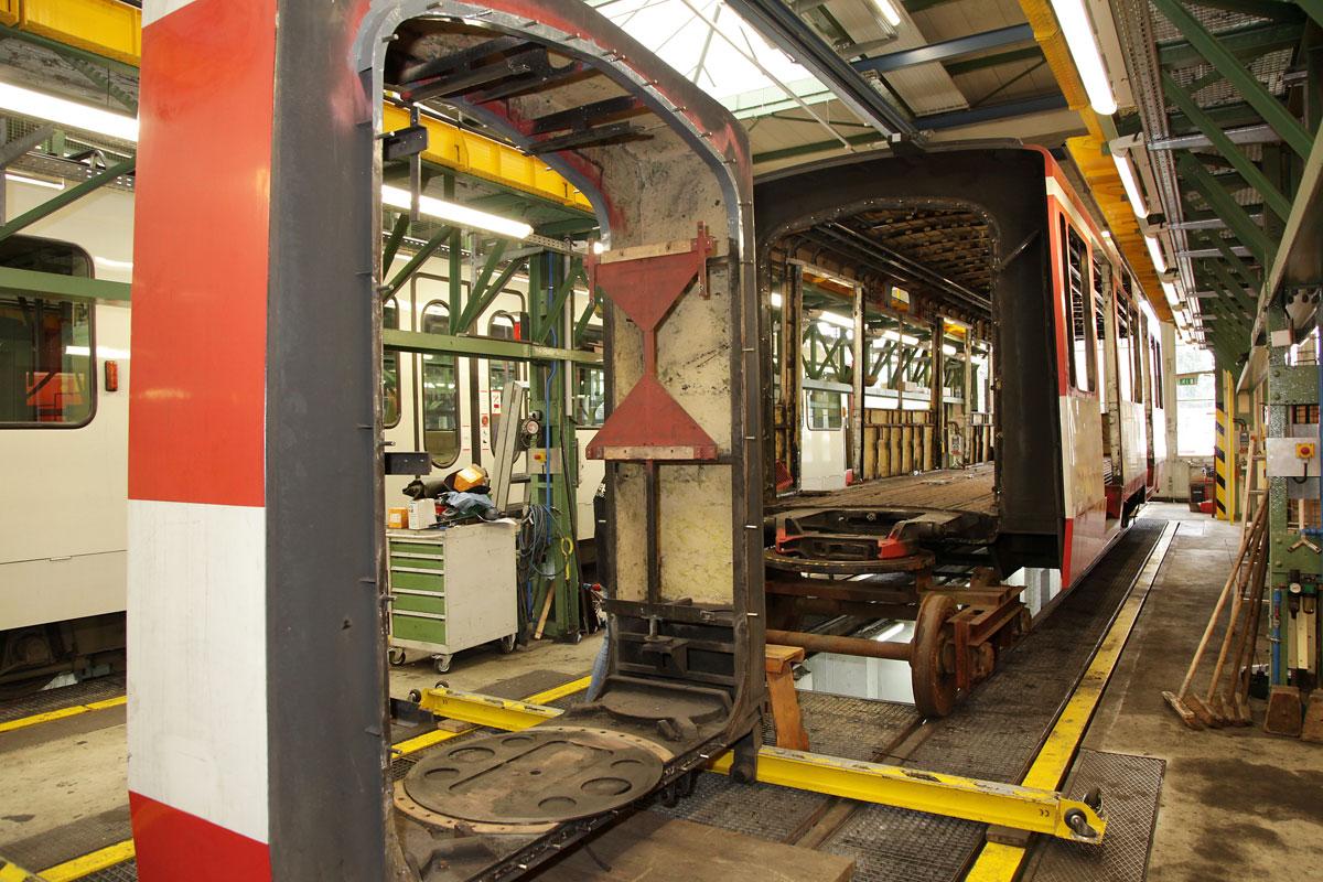 Im Rahmen des Umbaus werden sie Stadtbahnen zunächst vollständig entkernt.