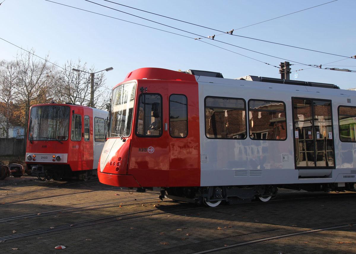 Alt- und Neufahrzeug (links ein 2100er, rechts ein 2400er) unterscheiden sich optisch bereits von außen.