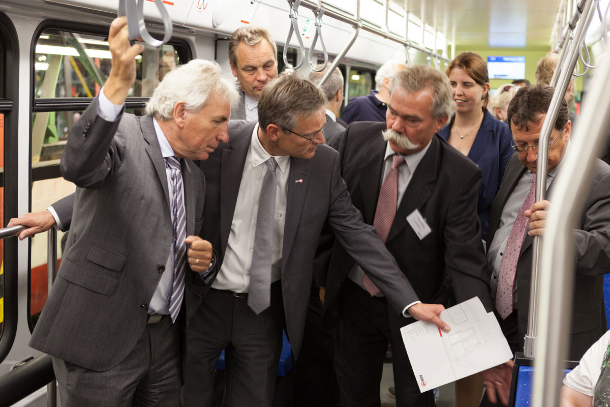 Im Rahmen des Roll outs in 2014 präsentierte KVB-Chef Jürgen Fenske (2. v. l.) Kölns damaligen Oberbürgermeister Jürgen Roters (links) den höhengleichen Einstieg.