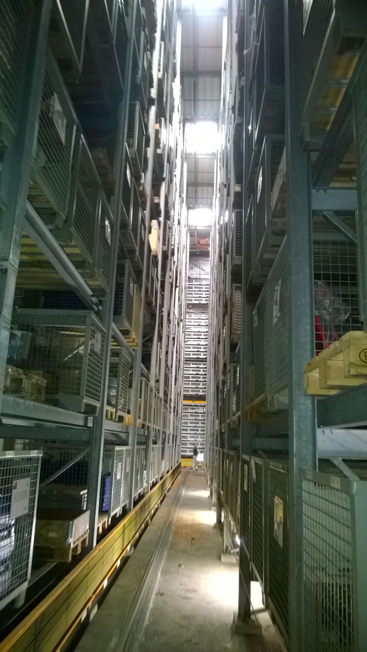 Die Lagereinrichtung in der Hauptwerkstatt gibt einen Eindruck von den enormen Vorräten, die die KVB für den Betriebsablauf benötigt.
