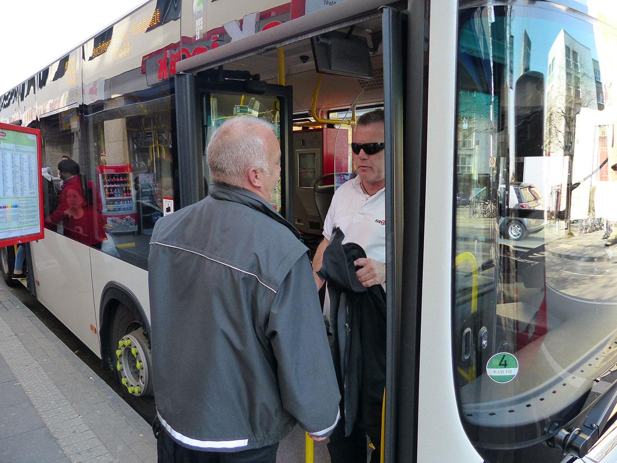 Günter übergibt den Bus an einen Kollegen