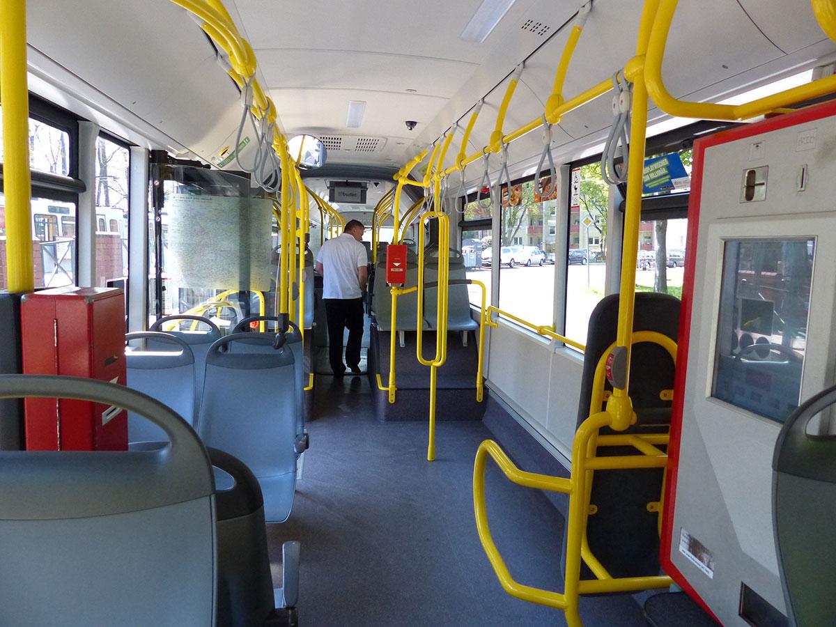 Günter läuft durch den Bus und schaut nach Fundsachen