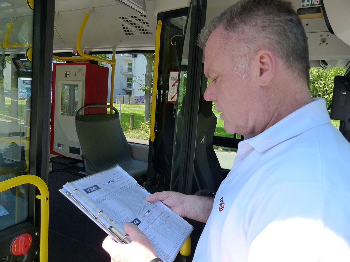 Günter mit seinen Unterlagen