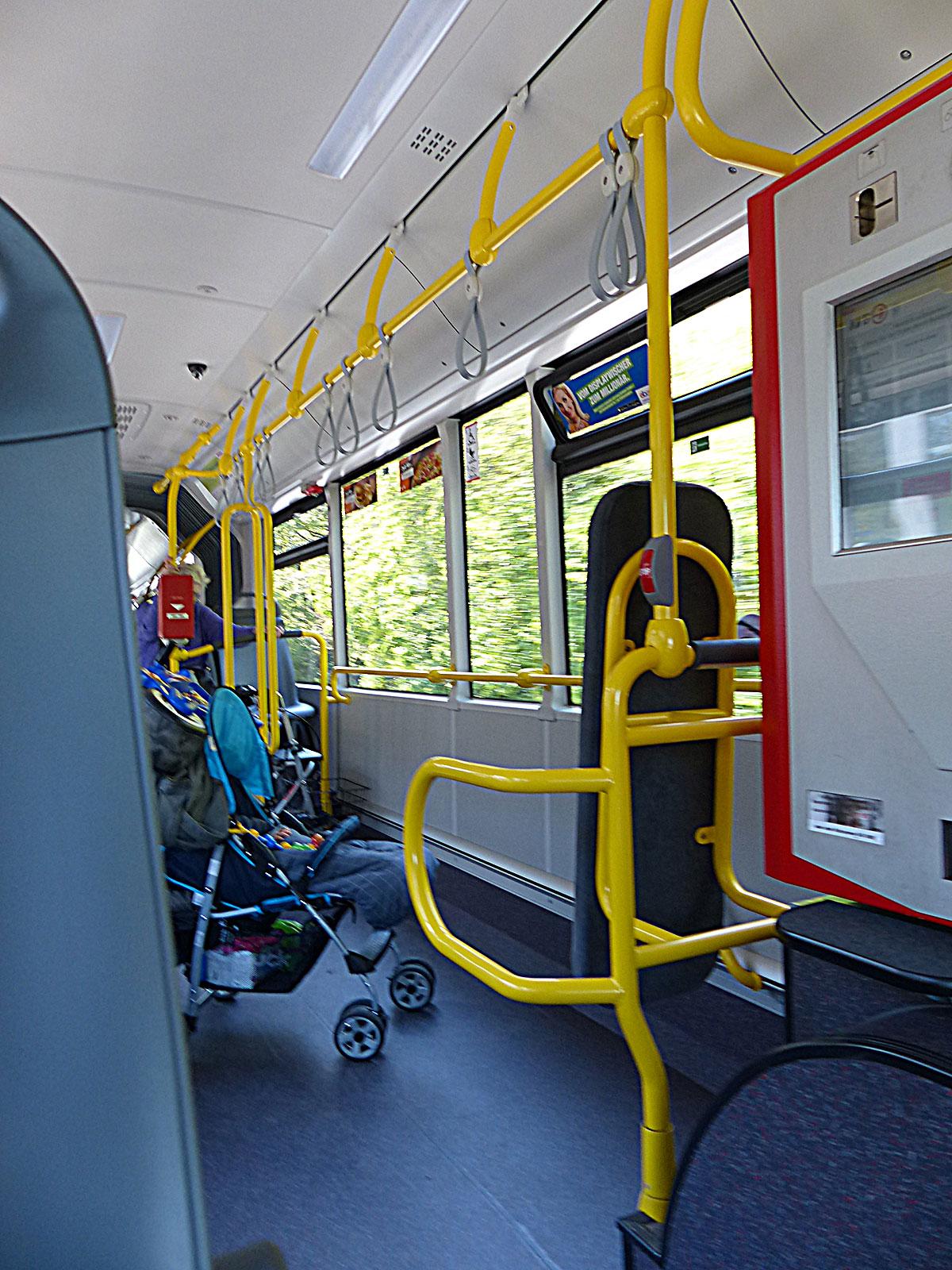 ein Kinderwagen steht quer im Bus