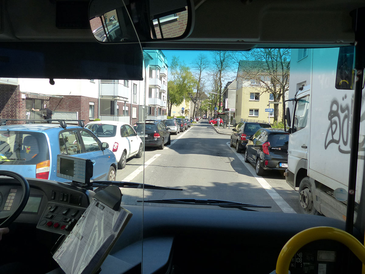 Günter manövriert den Bus durch die enge Steinmetzstraße