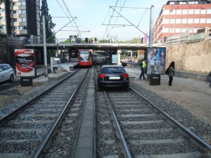 Bild_Auto_im_Gleis