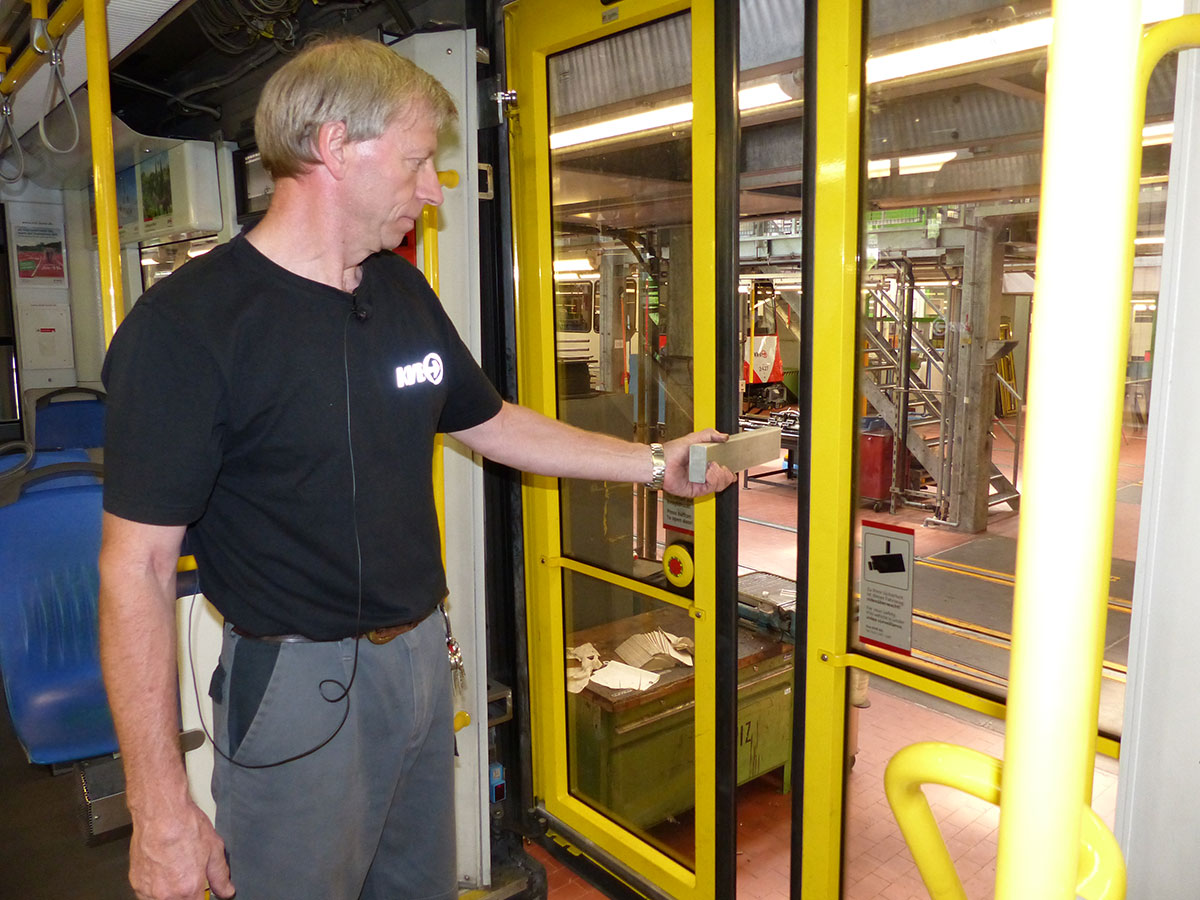 Winni überprüft, ob der Einklemmschutz der Türen funktioniert.