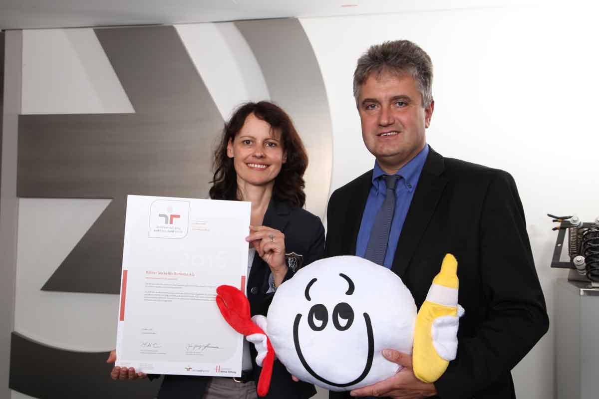 Personalvorstand Peter Densborn und Projektleiterin Dr. jur. Martina Hahn mit dem Zertifikat des zweiten Audits und unserem dazugehörigen Maskottchen.