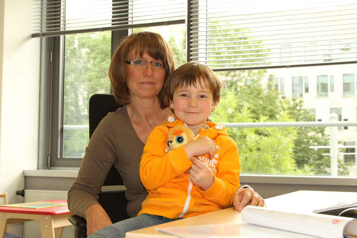 Unsere Mitarbeiterin Andrea Deboeser mit ihrem Sohn Marcel im Eltern-Kind-Büro.
