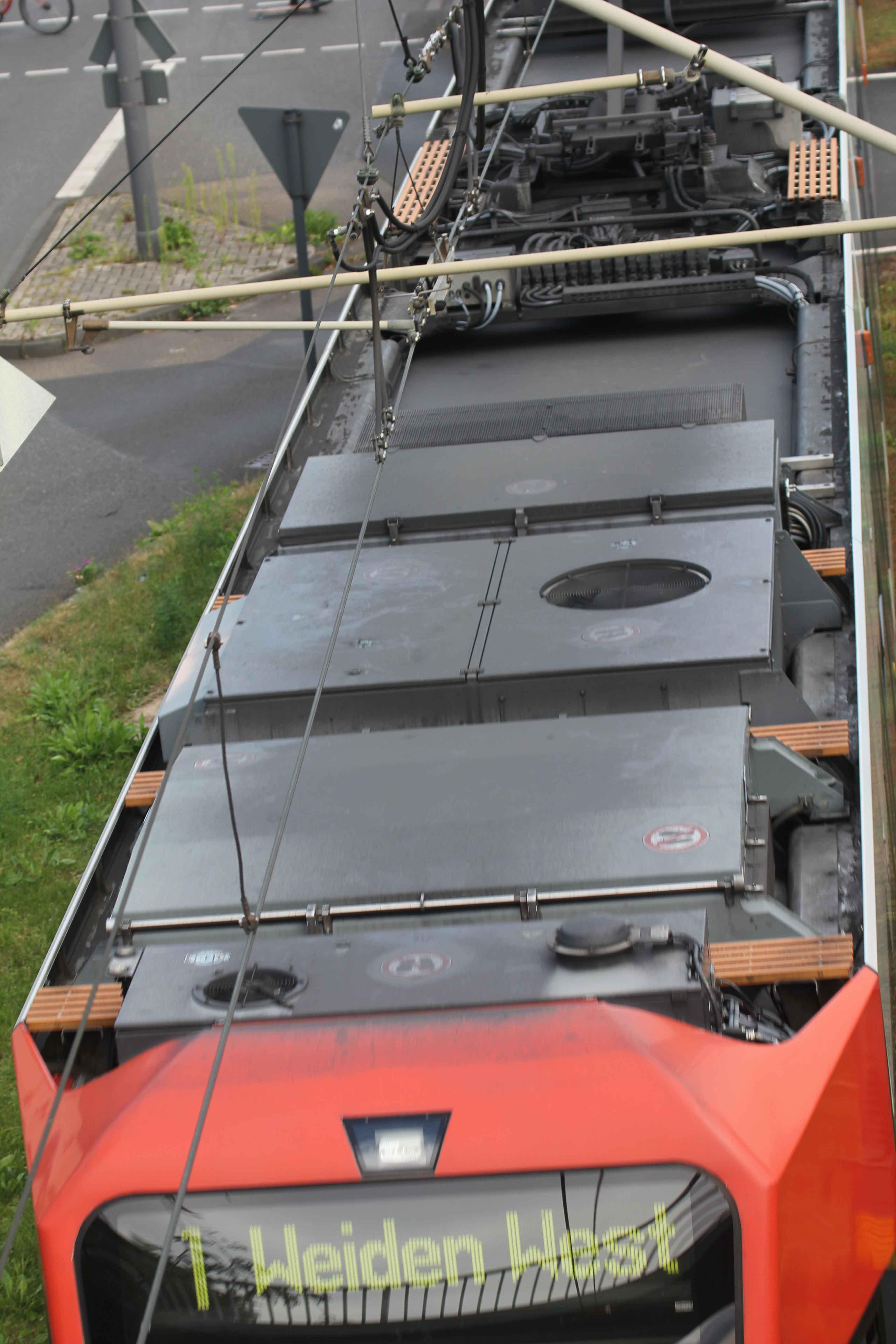 Die Temperierungsanlagen erkennt man an den großen kreisrunden Luftlöchern - vorne die Anlage für die Fahrerkabine und in der Mitte die für den Fahrgastraum.