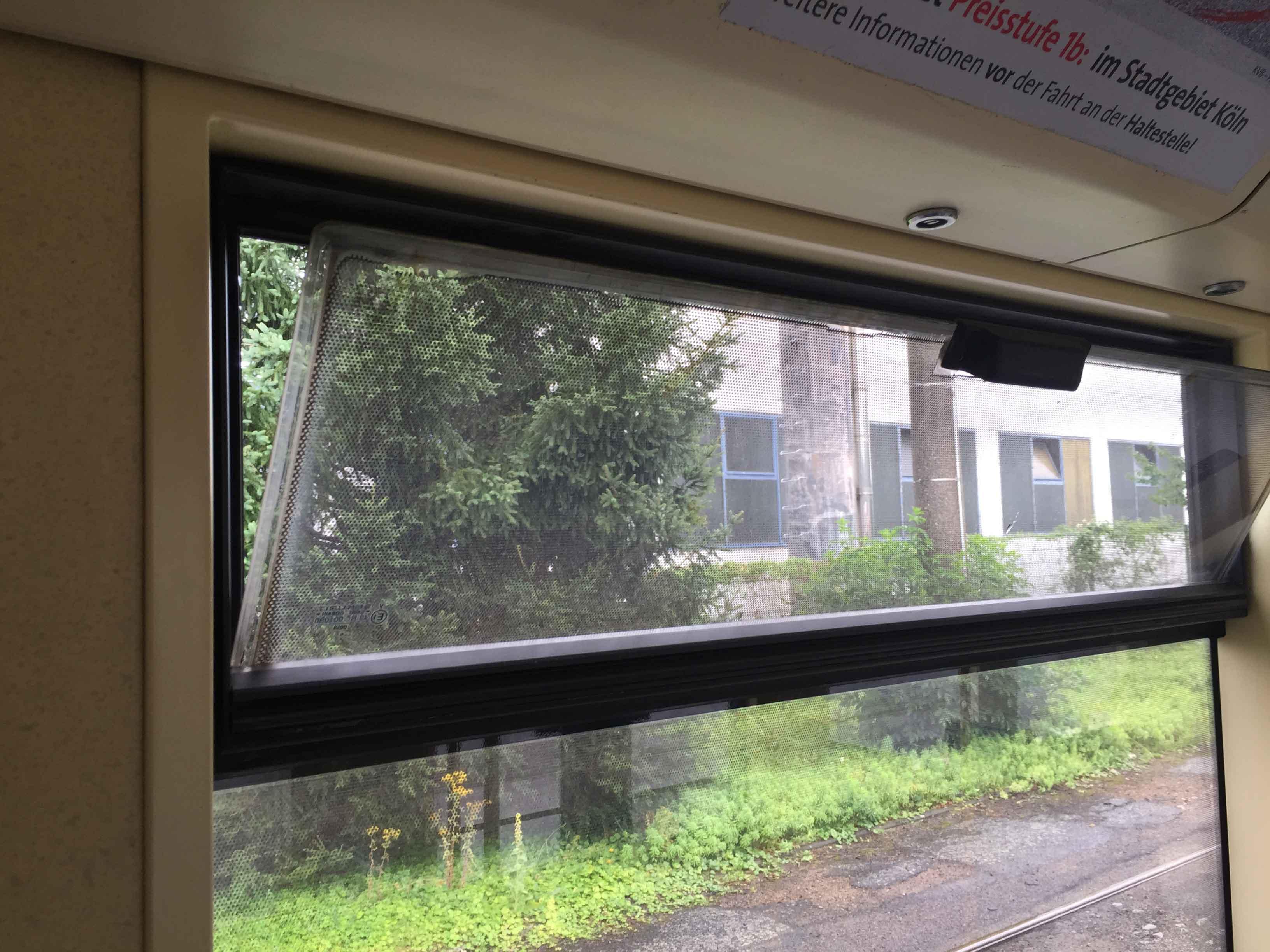 Ganz herkömmlich Fenster öffnen, wenn keine Temperierungsanlage vorhanden ist.