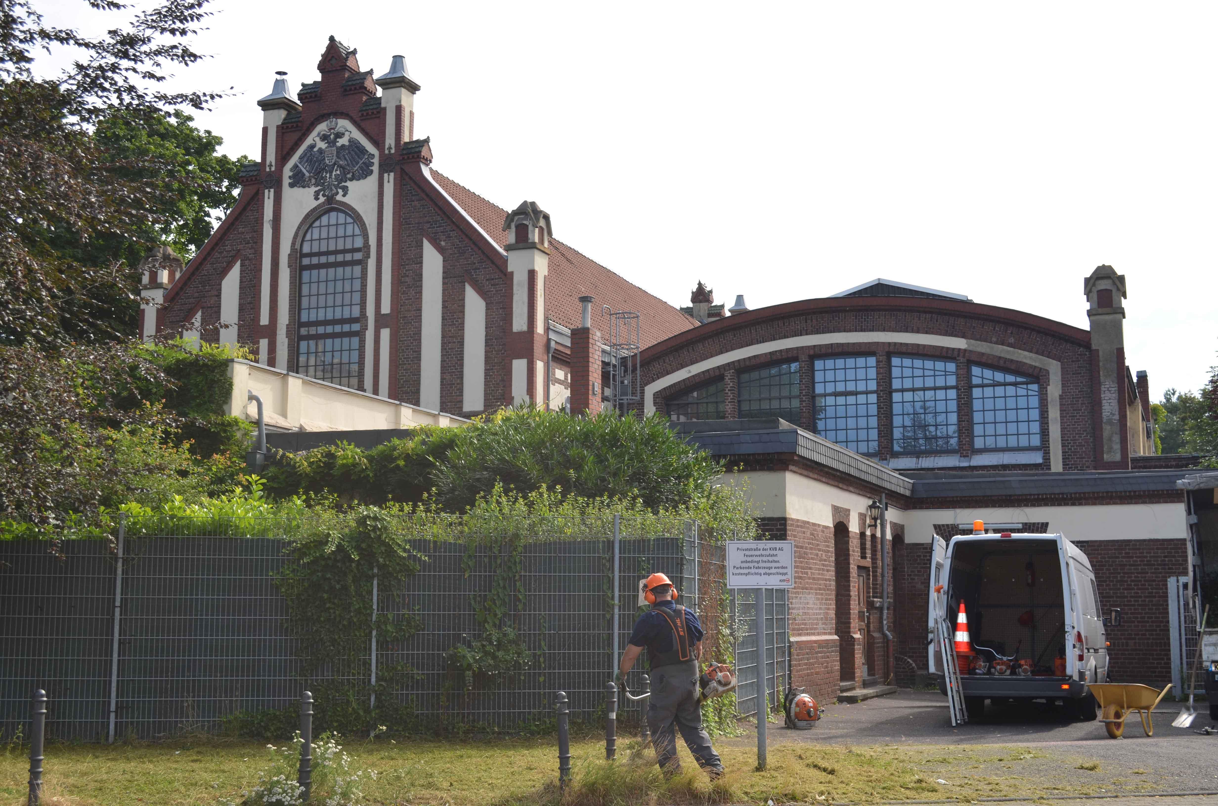 Teile des denkmalgeschützten Gebäudes in Ostheim werden von der KVB noch als Unterwerk zur Stromversorgung genutzt.