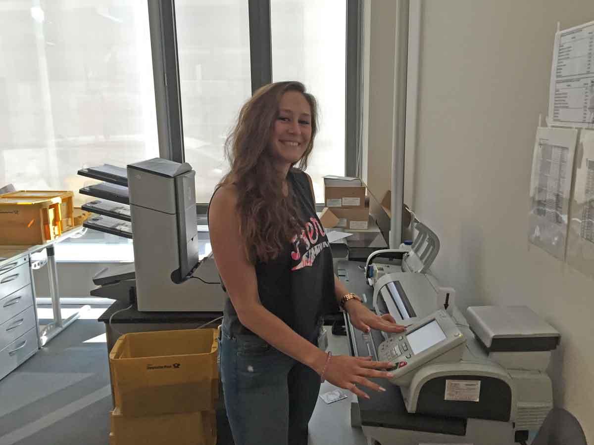 Während der Ausbildung besuchen die Auszubildenden alle Bereiche der KVB - hier Sabrina Lasthaus-Dehl in der Poststelle.