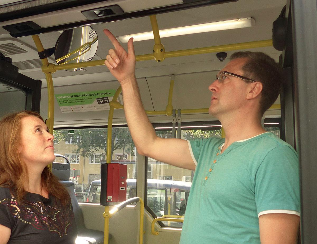 Ulf zeigt mir, wo sich in den Dilax-Zählbussen die Infrarotsensoren befinden.