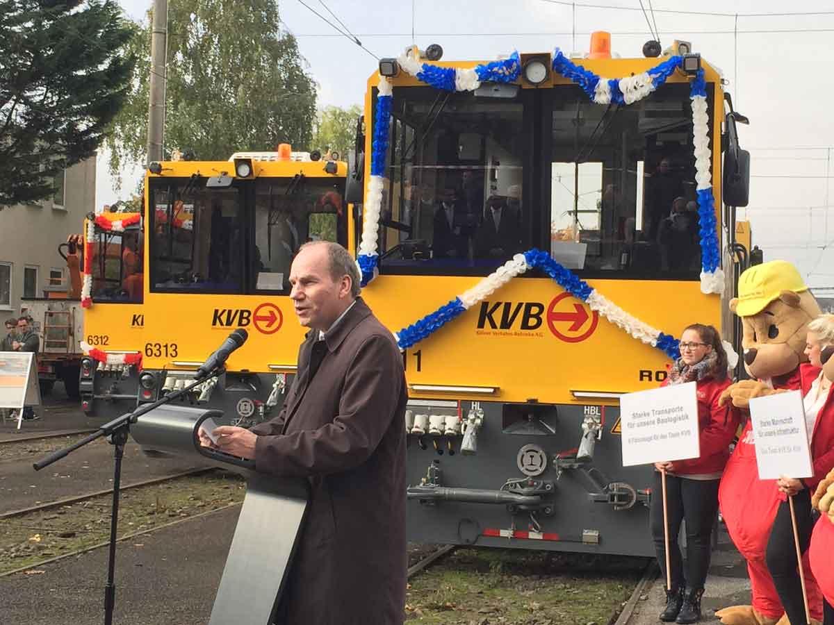 Das neue Transportsystem wurde am 26. Oktober 2016 feierlich auf dem Betriebshof West vorgestellt. Im Bild vorne: Jörn Schwarze, Vorstand Technik der KVB.