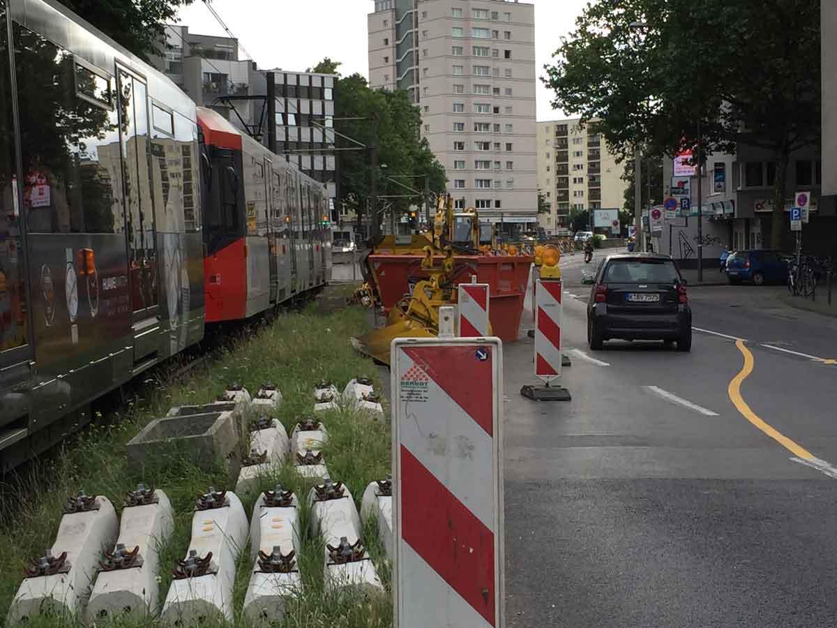 In der engen Großstadt muss die Logistik für Baumaßnahmen funktionieren, damit der Verkehr nicht zum Erliegen kommt.
