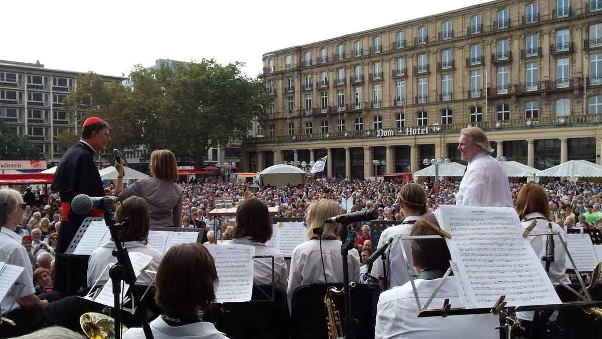Zur Einführung von Kardinal Woelki spielte das KVB-Orchester auf dem Roncalliplatz.