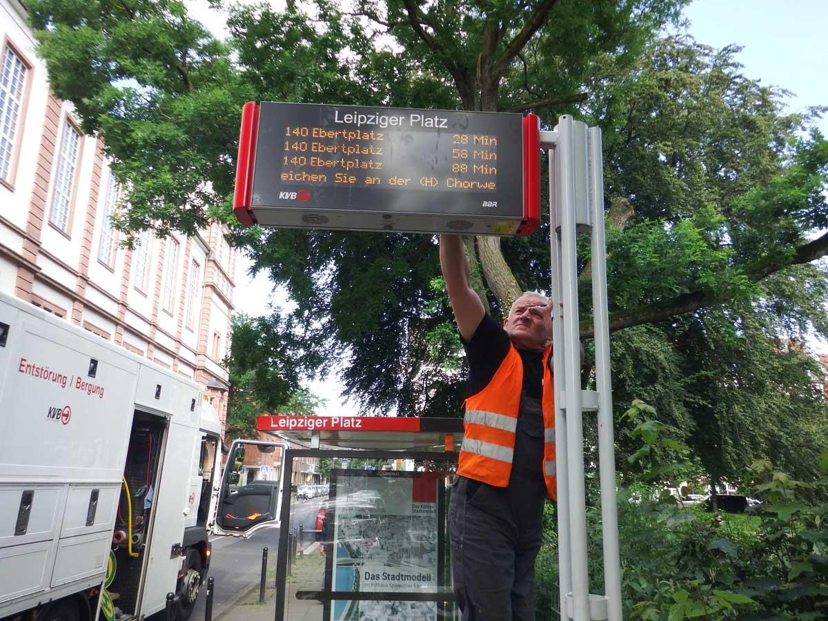 Reparatur eines Fahrgast-Informations-Anzeigers am Leipziger Platz.