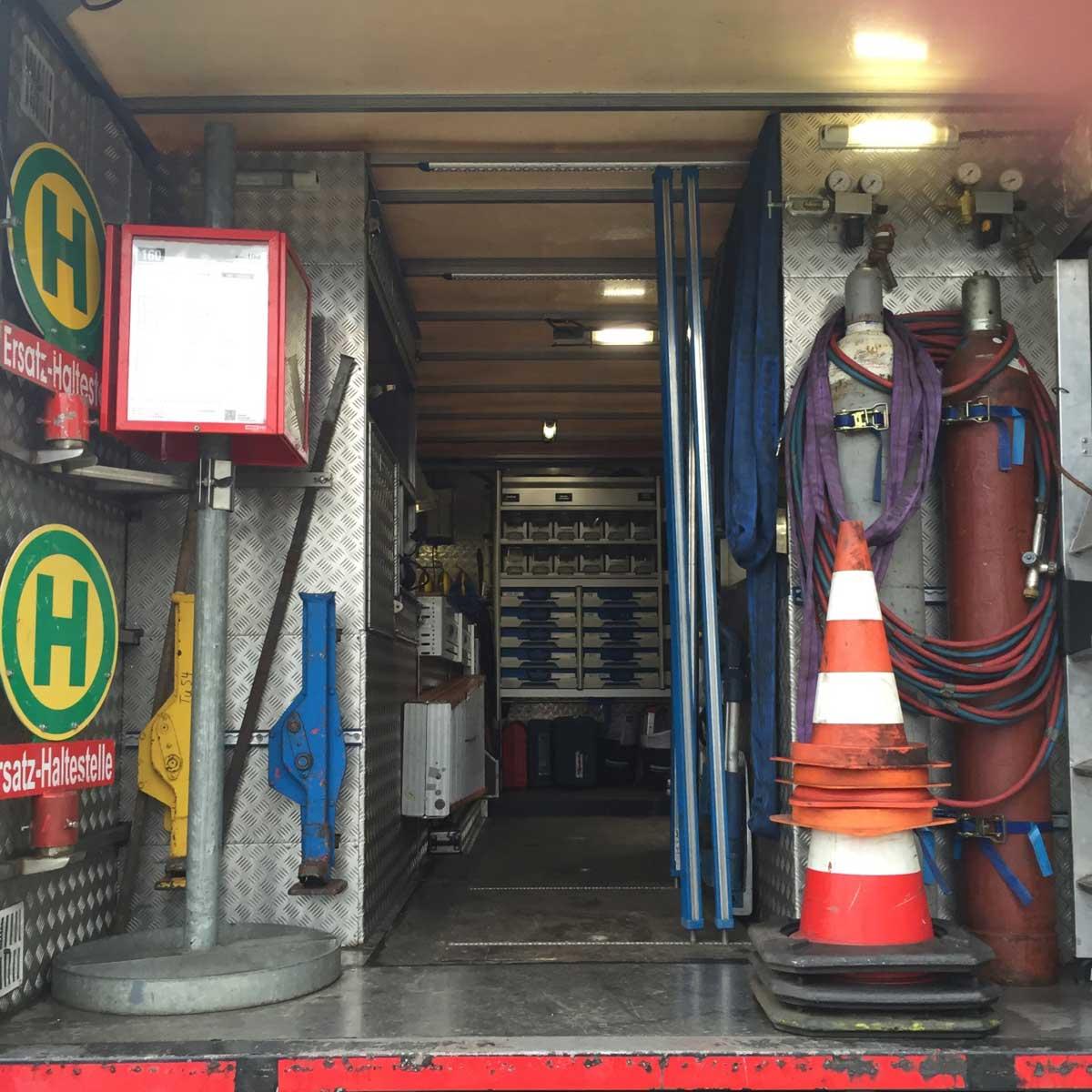 Alles an Bord: Ersatzhaltestelle, Wagenheber, Gasflaschen, Absprerrhütchen …