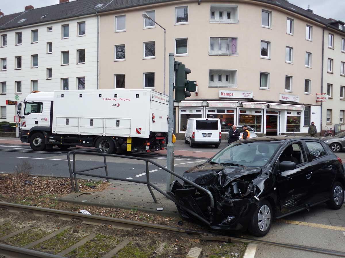 Betriebsstörung durch PKW-Unfall – der Tünnes 54 schleppt das Fahrzeug vom Gleis, richtet das Geländer.