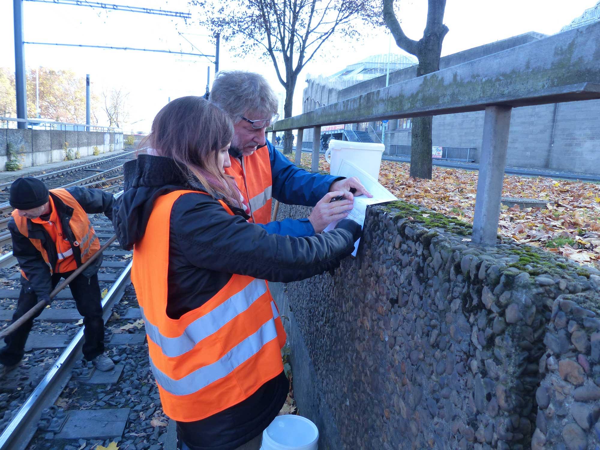 Auch vor Ort ist Carolin im Einsatz. Hier werden für eine geplante Baumaßnahme Schotterproben entnommen.