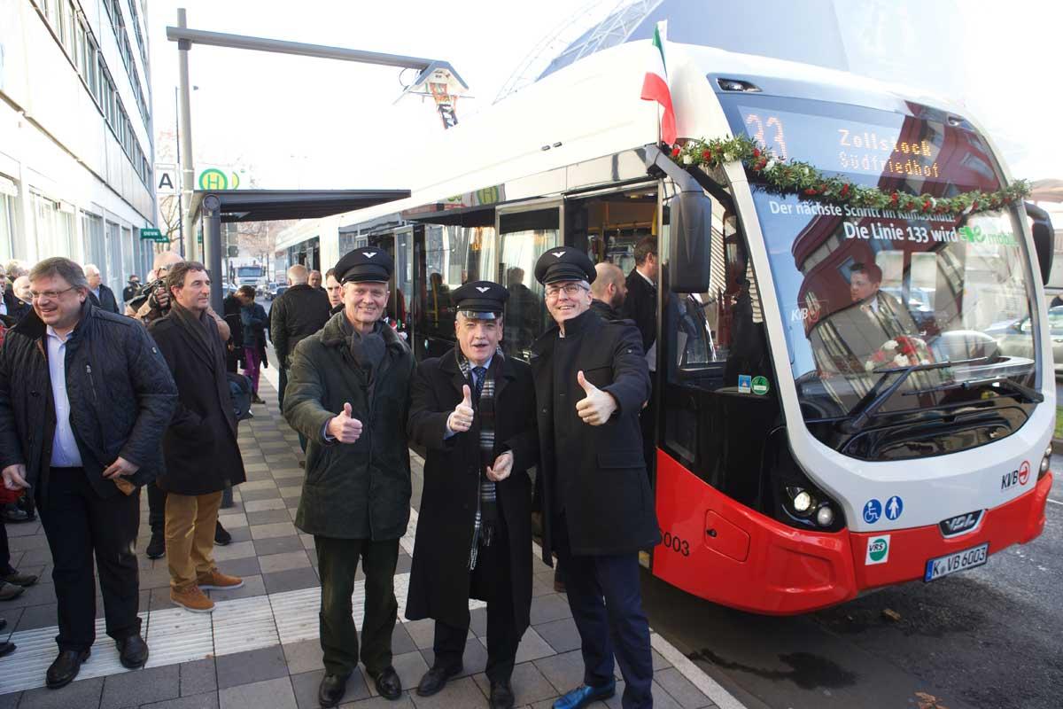 zusehen von links: KVB-Chef Jürgen Fenske, NRW-Minister Michael Groschek und Kölns Bürgermeister Andreas Wolter an der Ladesäule in der Goldgasse (Breslauer Platz)
