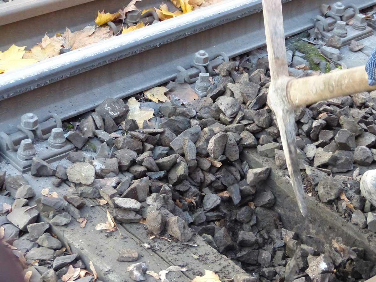 Der Schotter wird auf mögliche Kontaminationen (z.B. Abrieb aus Rad-Schiene-System) überprüft. Bei der Baumaßnahme wird dieser dann entweder gereinigt oder ausgewechselt.