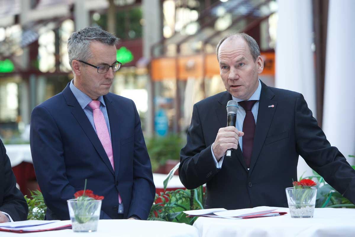 zu sehen: KVB-Vorstand Jörn Schwarze (rechts) neben Bürgermeister Andreas Wolter