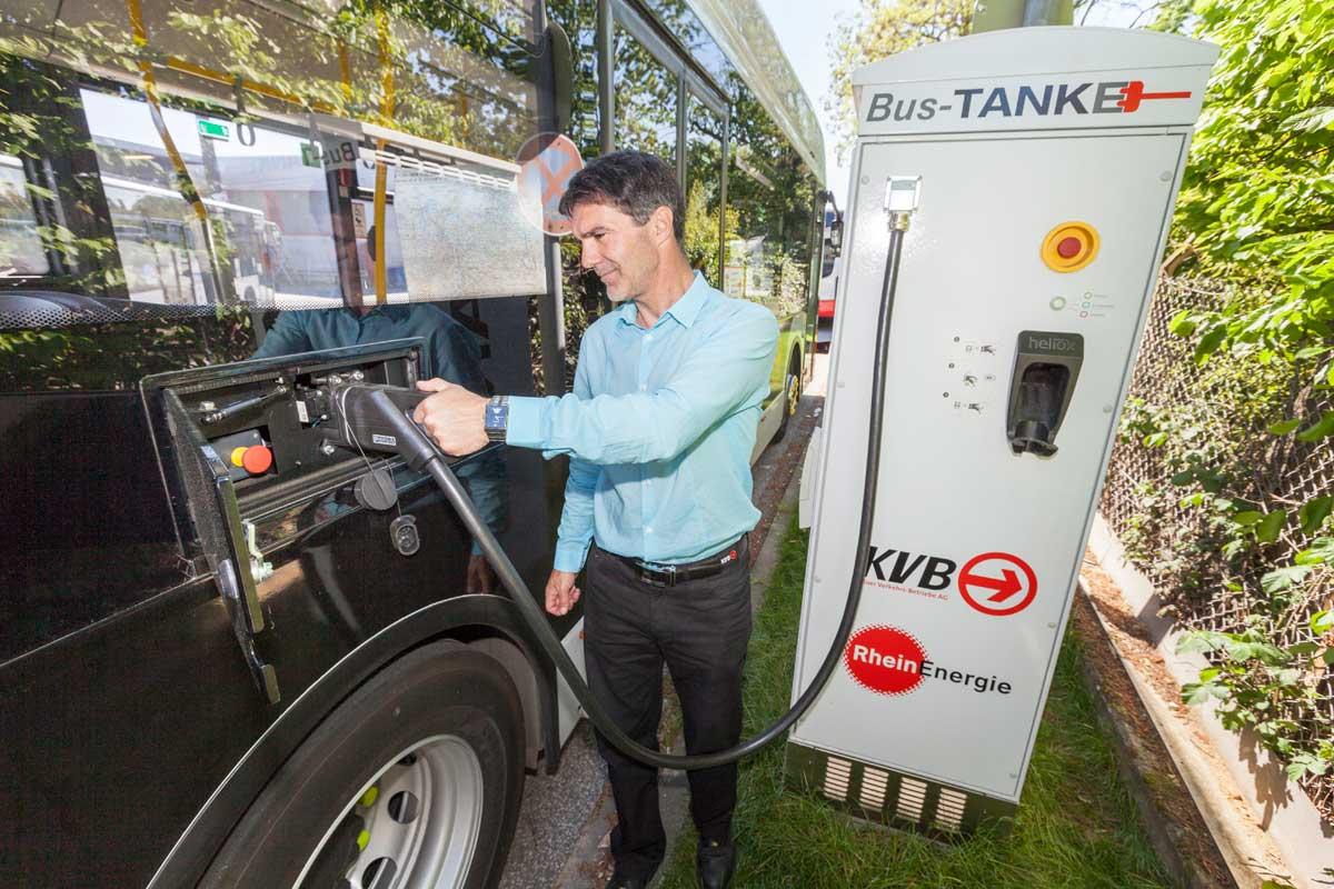 KVB und RheinEnergie arbeiten erfolgreich zusammen: Nachts werden die E-Busse auf dem Betriebshof vollgeladen (links), tagsüber an den Endhaltestellen im Schnellverfahren nachgeladen (rechts)