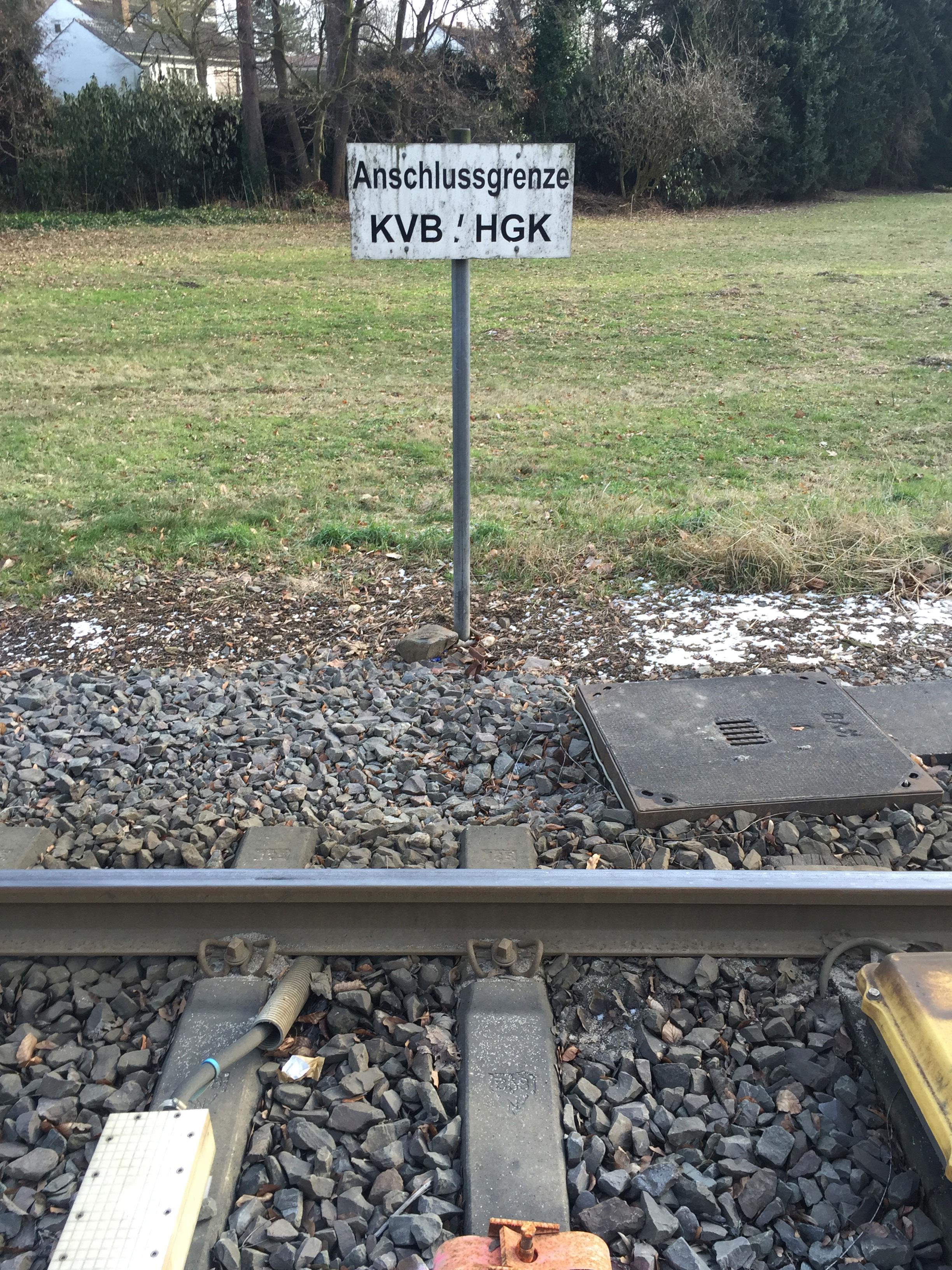 Am Militärring trennen sich die Linie 7 und eine Strecke der Güterbahn. Hier geht auch das Eisenbahnnetz der HGK in das Straßenbahnnetz der KVB über.