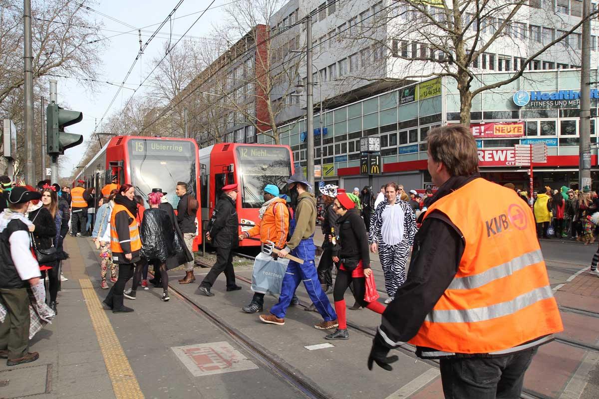 An den Haltestellen und Überwegen sicher Mitarbeiter/innen der KVB im eingespielten Team Fahrgäste und Betrieb.